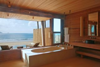 4.-Ocean_Front_Deluxe_Bathroom_six senses con dao
