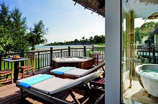 Transats sur terrasse sur villa océan Sokha Beach