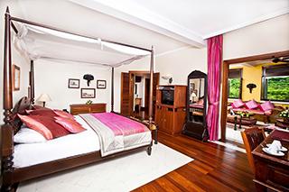 Chambre au mobilier en bois, Victoria Angkor Resort