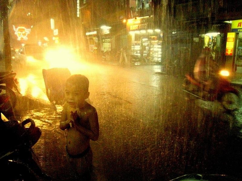 Un enfant sous la pluie