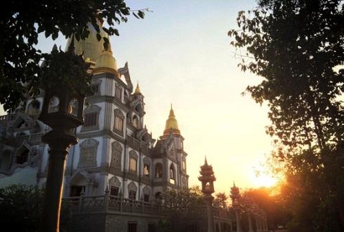 Coucher de soleil sur la pagode Gotama Cetiya