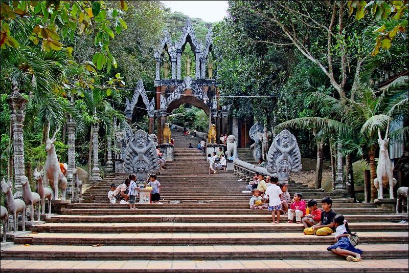 Escaliers menant à pagode Bouddha à Phnom Kulen