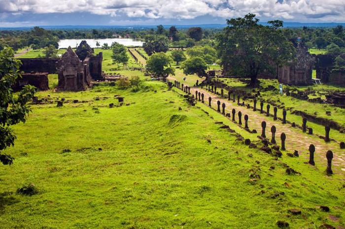 Allée principale de l'ancienne cité khmère à Champassak