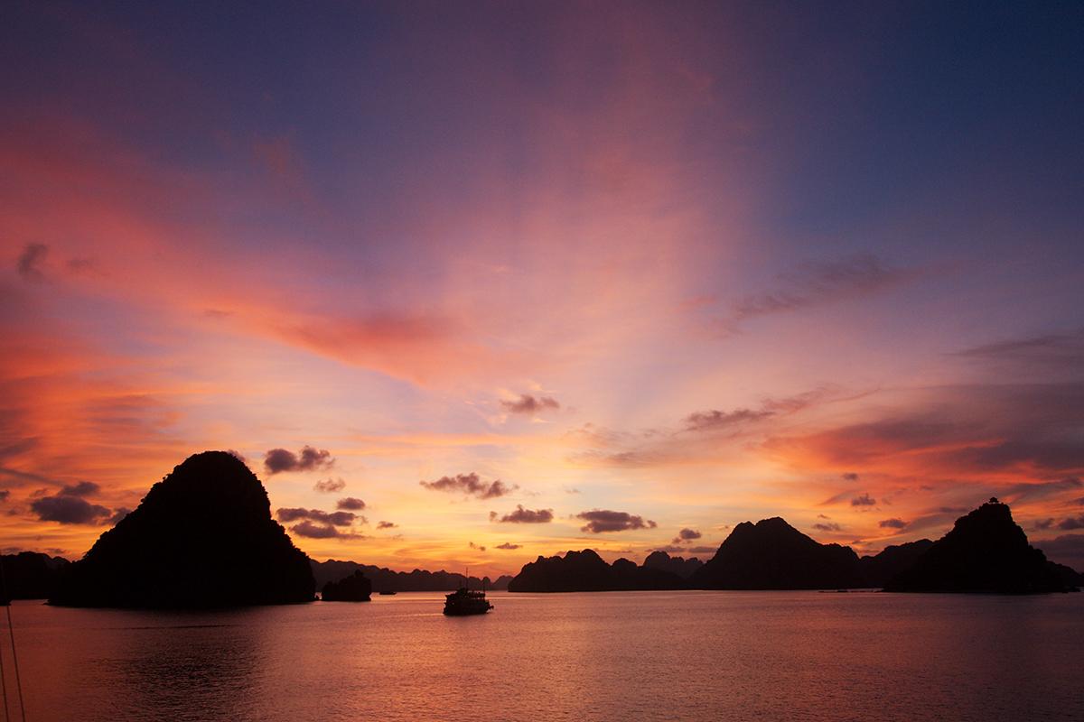 Coucher de soleil rose sur la baie d'Halong