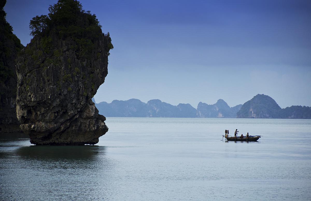 Pirogue sur les eaux de la baie d'Halong