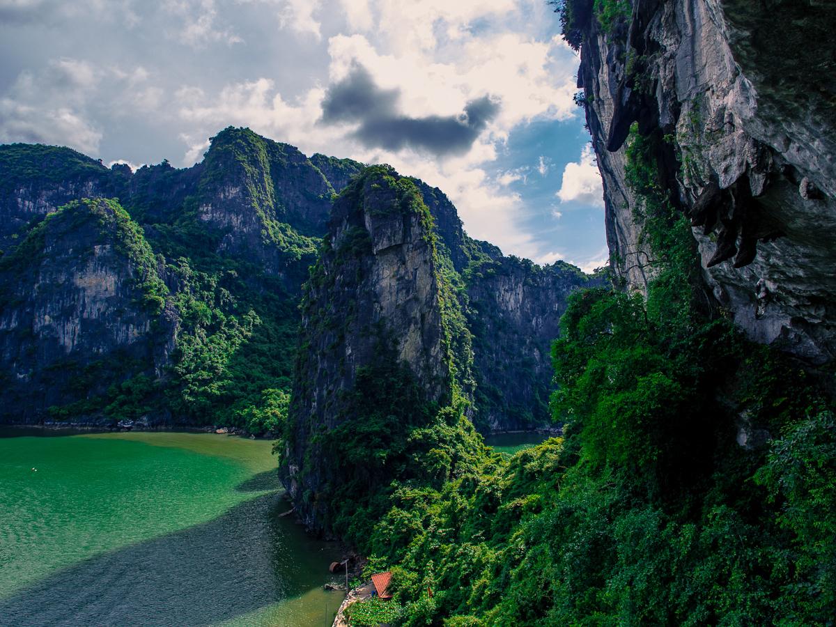 Vue en plongée des montagnes de la baie d'Halong