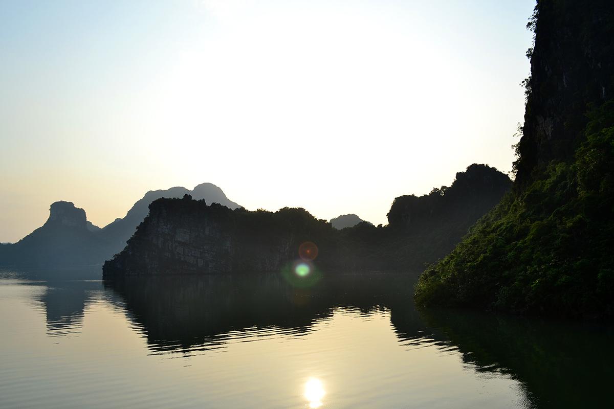 Rayon de soleil sur les montagnes de la baie d'Halong