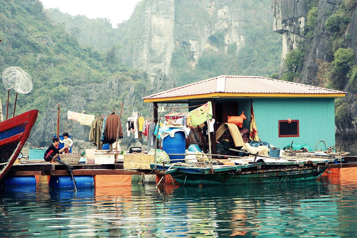 Famille dans un village flottant à la baie d'Halong