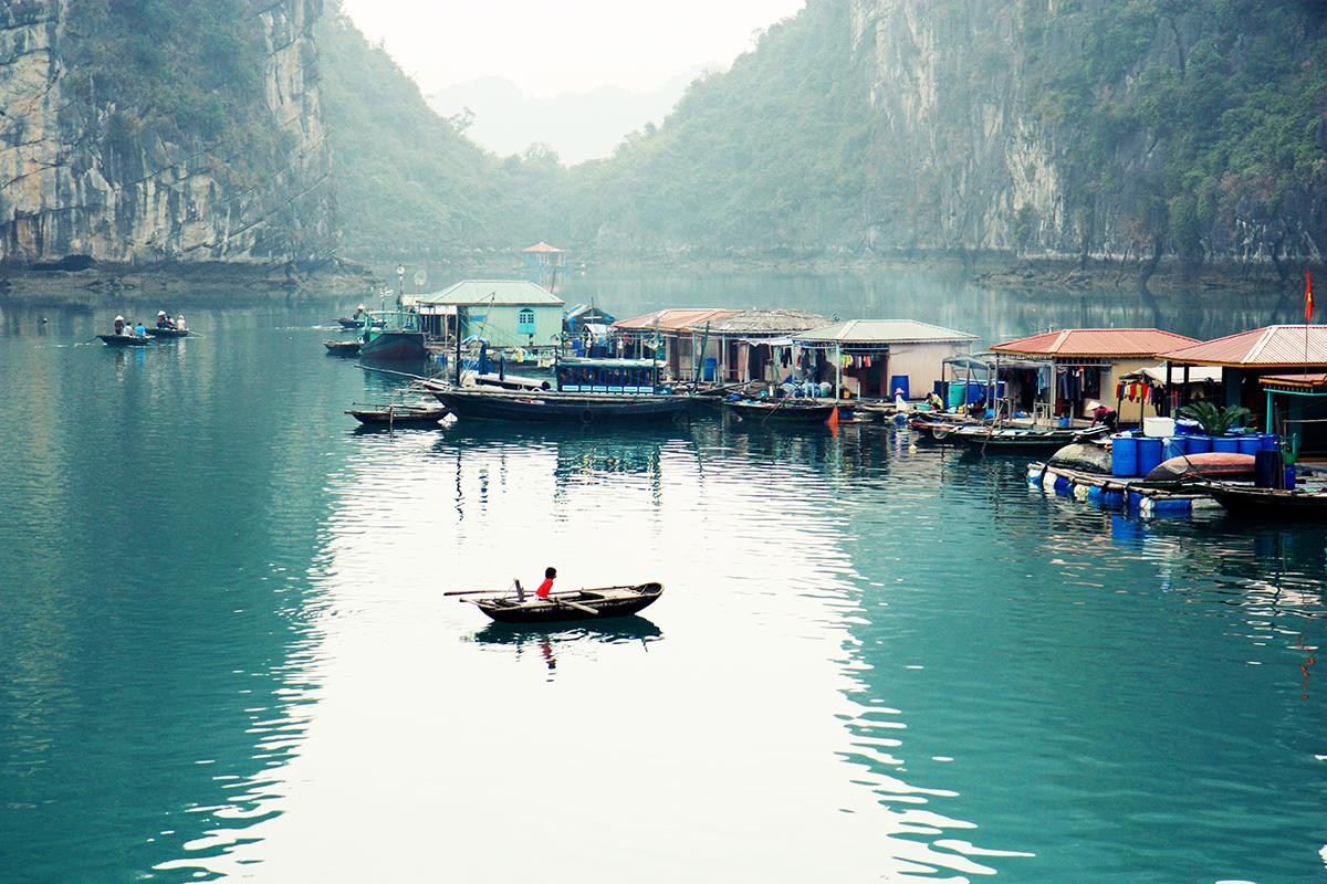 Village de pêcheurs à la baie d'Halong