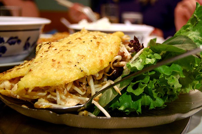 Banh xeo servi avec de la salade