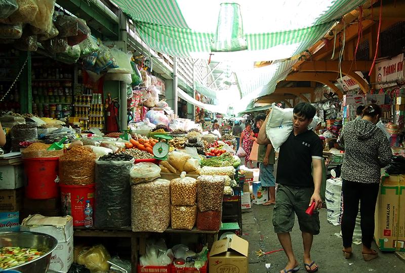 Vue d'une allée au marché Binh Tay à Cholon, Saigon