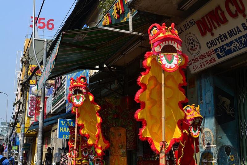 Dragons dans une rue de Cholon, Saigon