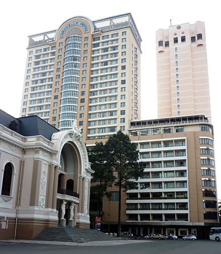 Devant l'Opera House de Saigon, Hôtel Caravelle