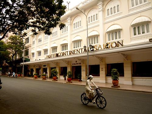 Un vélo devant l'hôtel Continental à Saigon