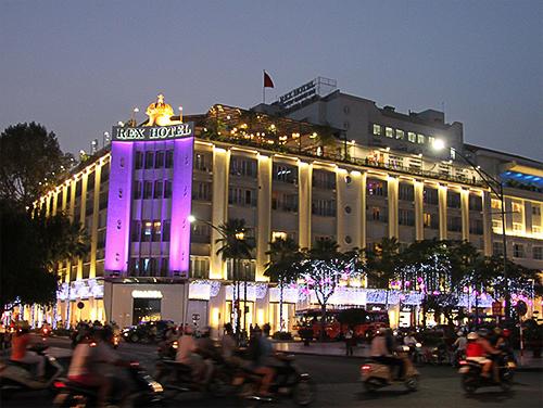 Devant le Rex Hôtel à Saigon la nuit