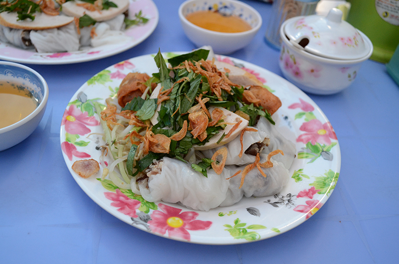 Assiette de banh cuon dans un streetfood au Vietnam