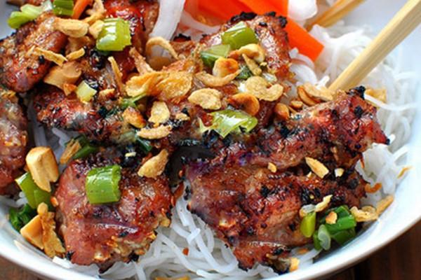 Assiette de bun thit nuong, plat du Vietnam