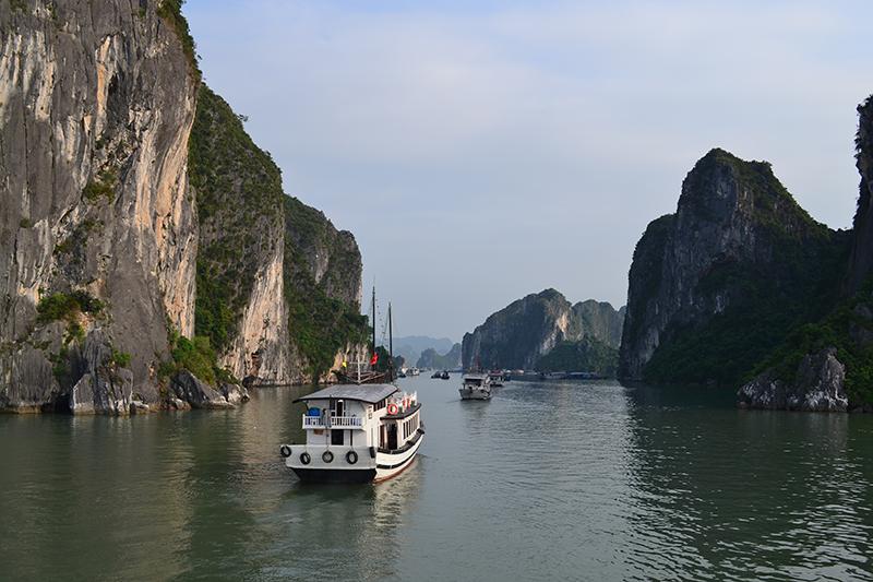 Deux grottes découvertes à la baie d'Halong