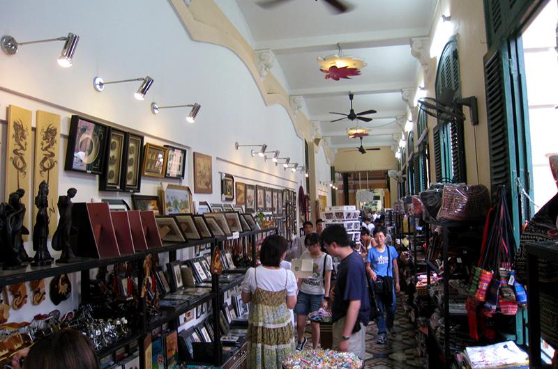 Vue des boutiques de shopping à la Poste Centrale de Saigon