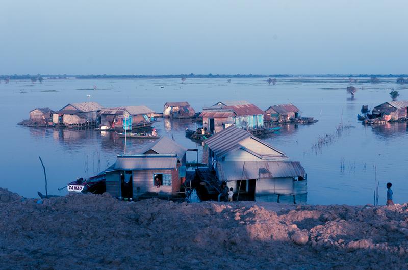 Maisons flottantes sur le lac Tonle Sap au Cambodge
