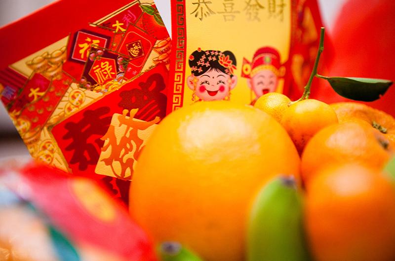 Des enveloppes lucky money et des fruits pour le Tet