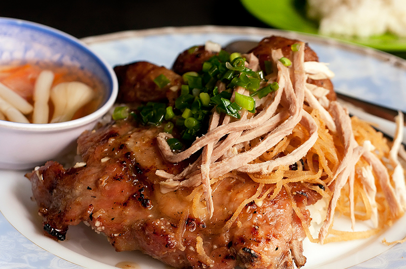 Assiette de com tam avec porc, sauce et bi
