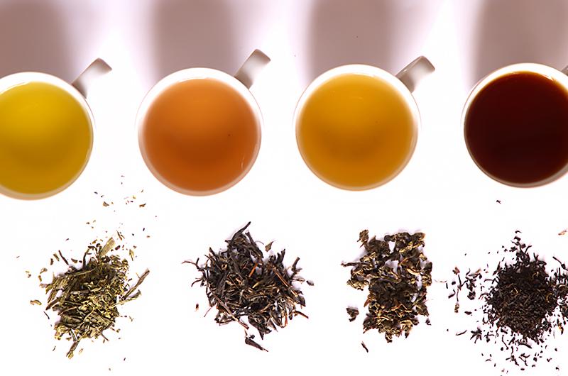Tasses et feuilles de thé comparaison