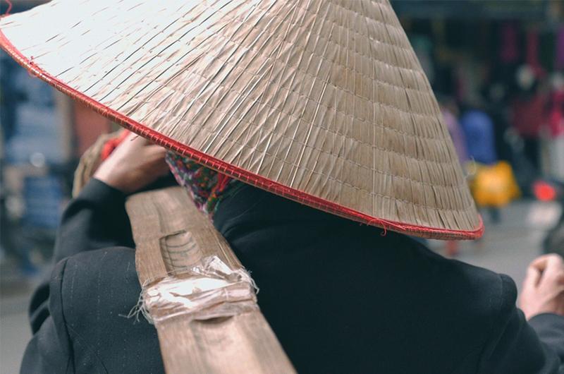 Chapeau conique vu de dos