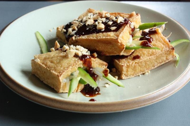 Plat de tofu frit fourré