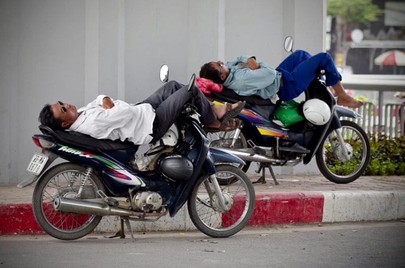 Chauffeurs de xe om qui dorment sur leur moto