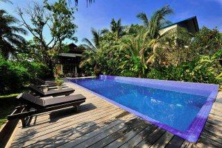 Lush nature around the pool at Sambor Village