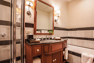 View of the bathroom with bathtub Settha Palace Hotel