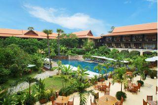 Vue de la piscine et de la terrasse au Victoria Angkor Resort