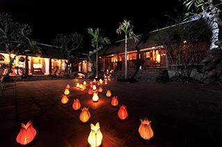 Entrée hôtel avec lampions