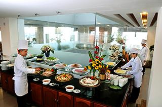 Buffet international au Romance Hotel