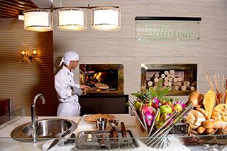 Vue du four à pizza au restaurant Bellissimo au Silk Path Hotel
